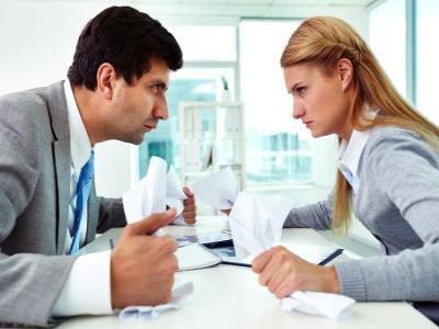 Los problemas interpersonales pueden crear un ambiente laboral hostil.