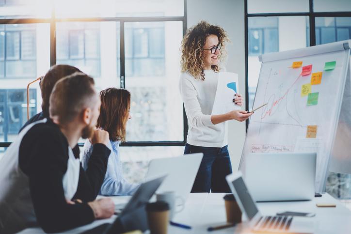 Un administrador debe conocer temas relacionados desde Economía hasta el correcto manejo de los trabajadores de la organización